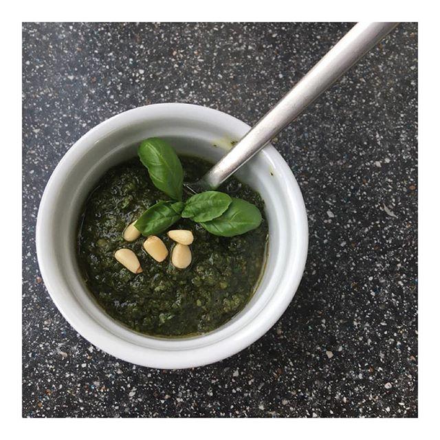 Knoblauchalarm! Ich habe selbstgemachtes Pesto aus Jamie Olivers Kochbuch getestet!