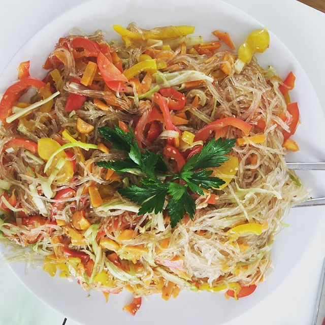 Das Rezept für diesen koreanischen Glasnudelsalat findest du auf kuchenoderweltfrieden.de