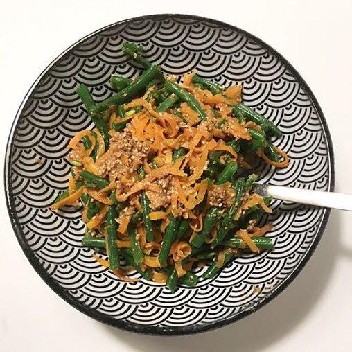 Das Rezept für diesen leckeren japanischen Salat mit Sesam-Dressing findest du auf kuchenoderweltfrieden.de